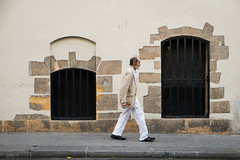 32 - Minimalist (amor du 94) Tags: cadrage homme lemarais lieu mur paysageurbain photingo pierre sujet srie texture rueduparcroyal paris
