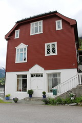 Traditional-Style Red House, Hellesylt, Norway (5) (Phil Masters) Tags: norwayholiday norway hellesylt 14thjuly july2016 redhouse storfjord storfjorden sunnylvsfjorden
