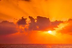 Buscando un lienzo (DRGfoto) Tags: amanecer costa mar sol nubes rojo
