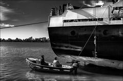 Laurel et Hardy (vedebe) Tags: noiretblanc netb nb bw monochrome humain people bateaux fleuve mer eau port ports marins marine transportmaritime