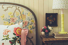 Decor Inspiration :: At Home With : Anna Spiro's Colourful Home [Cool Chic Style Fashion] (Cool Chic Style Fashion) Tags: homesoffashion annaspiro art athomewith bedroom blackandspiro brightcolours chairs decorinspiration entryway floraldesign flowers gallerywalls gardens interiordesign pillow sofa