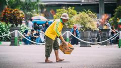 a Duty (Luqman Agung W) Tags: street candid hi malang humaninterest cfd carfreeday sampah ngalam pasukankuning ijencarfreedaymalang