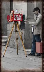 C3583-Resistiendo al paso del tiempo (Eduardo Arias Rbanos) Tags: camera man cutout lumix photo foto photographer panasonic santiagodecompostela g6 candids fotgrafo hombre photocamera cmara trpode robados desaturado cmaradefotos cmaradefotosantigua eduardoarias eduardoariasrbanos