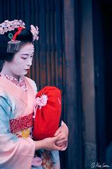 Streets of Gion (Marc Carrera) Tags: fujifilm fujistas fujifilmxworld fujifilmxworldes fujifilmespaa fujixt1 xt1 streetphoto streetphotography streets street calle japon japan fotodecalle callejera kyoto kioto geisha geiko maiko traditional