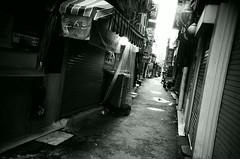 Street Scene (Shoji Kawabata. a.k.a. strange_ojisan) Tags: lca lomography eary gray 100 35mm film filmphoto filmphotogrpahy street streetphoto streetphotogrpahy photo photography photographer lomo black white blackandwhite mono monocherome bnw seoul korea alley alleyway city cityscape scene streetscene asia eastasia