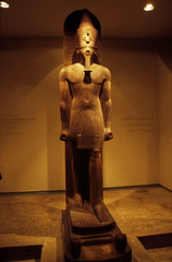 gypten 1999 (274) Luxor-Museum: Statue Amenhotep III. (Rdiger Stehn) Tags: afrika gypten egypt nordafrika 1999 winter urlaub dia analogfilm scan slide 1990er 1990s obergypten sdgypten aad diapositivfilm analog kbfilm kleinbild canoscan8800f canoneos500n 35mm luxor misr  altgypten altertum archologie antike statue museum luxormuseum ausstellungsstck exponat gyptologie