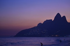 Ipanema Violeta (Violeta Vaal) Tags: ipanema rio de janeiro brasil brazil playa praia beach sunset atardecer morro dois irmas luces lights