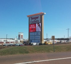 Giant I-55 Pylon Sign (Retail Retell) Tags: tanger outlets southaven ms desoto county retail memphis outdoor mall church road airways boulevard i55