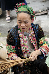 Woman from an ethnic minority in traditional dress in Mo Vc market - H Giang Province - Vietnam (PascalBo) Tags: nikon d300 asia asie southeastasia asiedusudest vietnam vitnam vitnam vietnamese hgiang hagiang movc meovac market march people woman femme hilltribe ethnicgroup ethnie ethnic ethnicity minority hmong headdress headwear indigenous costume outdoor outdoors pascalboegli