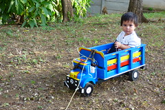 Joshua en su camin (Anciano profeta de Nicaragua) Tags: madera juego nio camioncito