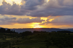 Sun goes down (tom_thot) Tags: light sunlight clouds lumire coucher nuage soelil