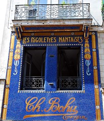 11 - Nantes, 26 rue de la Marne, Ancienne confiserie Bohu o furent cres les Rigolettes nantaises (melina1965) Tags: pays de loire loireatlantique nantes juillet july 2016 nikon d80 faade faades bleu blue fentre fentres window windows balcon balcons balcony balconies