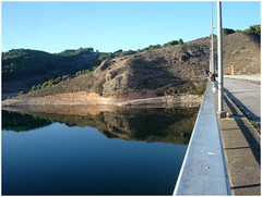 Habr peces aqu? .. (margabel2010) Tags: barandilla reflejos sombras colinas agua aguadulce pantanos embalses cieloytierra azul presa