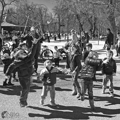 Persiguiendo pompas / Chasing bubbles (jninophotos) Tags: madrid street city urban espaa playing children spain espanha streetphotography bubbles nios fujifilm streetphoto espagne spanien spanje x30 citypark jugando urbanphotography pompas 2015 fotografiaurbana fotografiacallejera parqueurbano josenio jninophotos