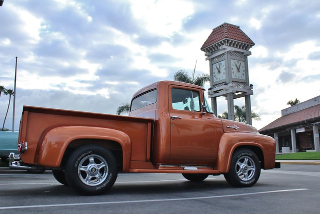 ford f100 pickuptruck 1956