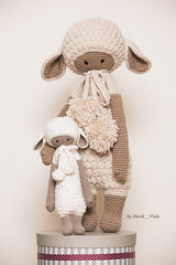 Lalylala lambs (Shurik Viola) Tags: creature faune lumireartificielle lupo matrieldedivertissement modeleurs moutons parpluieblancphotoflex profotod1air500 sources acquisitionimages activits amigouroumi crochet lalylala nature objets personnages clairage artisanat artisan amigurumi animal handmade handcrafted handwork wool white zoo shurikviola enfant doll cration creation craft child children cuddlytoy faitmain faitmaison toys blanc beige brown yarn naturalcolors jouet jouets intrieur inside laine peluche plush plushies marron lalylalalupo lupolemouton lupothelamb lalylalalupothelamb
