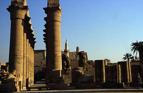 "Ägypten 1999 (241) Tempel von Luxor: Säulenkolonnade, Moschee des Abu el-Haggag, Pylon • <a style=""font-size:0.8em;"" href=""http://www.flickr.com/photos/69570948@N04/28201246476/"" target=""_blank"">View on Flickr</a>"
