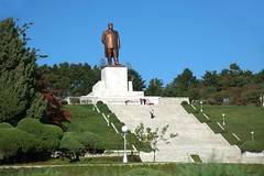 Kim Il Sung Statue in Kaesong (Frhtau) Tags: dprk north korea korean people leute street scene centre town daily life asia asian east nordkorea passers by passanten architecture building gebude architektur design scenery   choxin  outdoor      corea del norte core du nord coreia do coria    culture kaesong statue leader step stairs hill bow stadt public city fussgnger