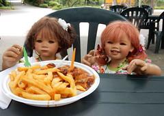 Pommeszeit fr Kindergartenkinder ... (Kindergartenkinder) Tags: sanrike dolls himstedt annette kindergartenkinder essen park gruga garten kind personen milina