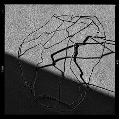 Wandbild (RadarOReilly) Tags: bw licht blackwhite skulptur sw schatten wandbild draht schwarzweis