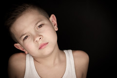 _MG_5540 (NEVEZ P) Tags: light boy portrait face canon 50mm cool child expression ernst portrt ring attitude tanktop facial seriously beautyspot junge garon graindebeaut hcs haltung houding 550d instllning schnheitsfleck srieusement