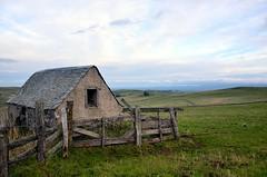 Ancien buron de sur l'Aubrac, Aveyron, Midi-Pyrénées (lyli12) Tags: france nature landscape nikon ciel nuage paysage campagne ferme patrimoine aveyron aubrac midipyrénées buron d7000
