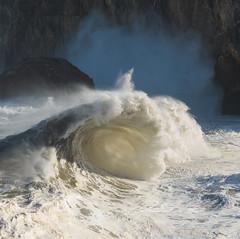 Puerta abierta (Ahio) Tags: winter light sea storm nature water zeiss agua nikon shoreline wave asturias 100mm invierno olas febrero llanes paloverde temporal top20waterpix 2014 marcantbrico zf2 makroplanart2100 ciclognesis d800e agnicieza