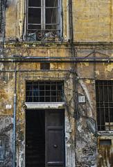 - electric trick - (der_woici) Tags: 2007 d200 nikon rome italy urban city house marode elektrik leitungen kabel