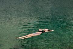 Tandis que Claire fait une sieste aquatique (alainlecroquant) Tags: montagne lac pyrnes nouvielle oule bastan infrieur suprieur milieu barrage artigusse parking vache cheveaux refuge refugedebastan
