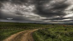 Vois sur mon chemin... (Tra Te E Me (TTEM)) Tags: lumixfz1000 hdr photoshop cameraraw chemin paysage landscape champs nuages clouds sky ciel pluie rain fields terre