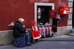 Collation (dominiquita52) Tags: streetphotography poland warsaw varsovie pologne vendeuse stall post boiteauxlettres souvenirs echarpes scarves selling rouge red