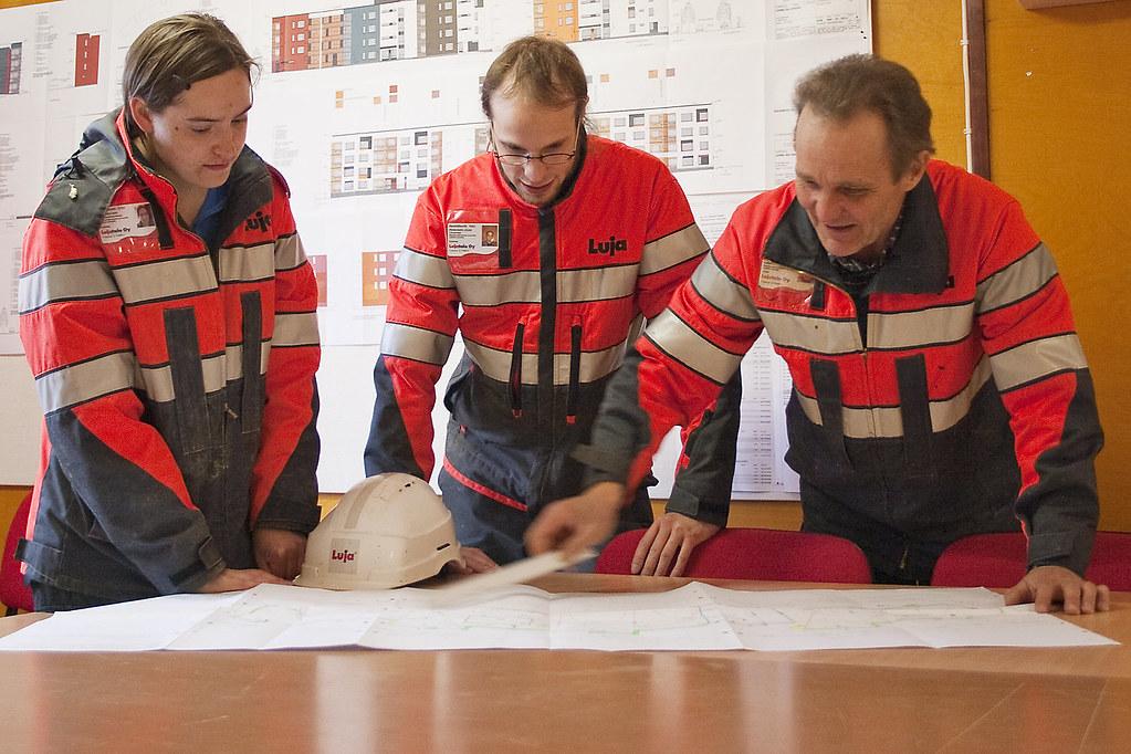 Työmaakokous (lujahistoria) Tags: site construction plan meeting overalls  implementation engineer työmaa möte reflectivevest