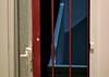 Riscas vermelhas (Mi Mitrika) Tags: casa porta escadas fecho