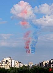 La Patrouille de France au dessus de Neuilly (mamnic47 - Over 6 millions views.Thks!) Tags: ladfense patrouilledefrance 24072016 arrivedutourdefrance fontainedetakis tours patrouille img5588 arcdetriomphe bleublancrouge