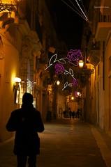 (Serena Leone) Tags: street flowers people urban black rose night nikon gente luci natale dicembre atmosfera luminarie vicoli sagome