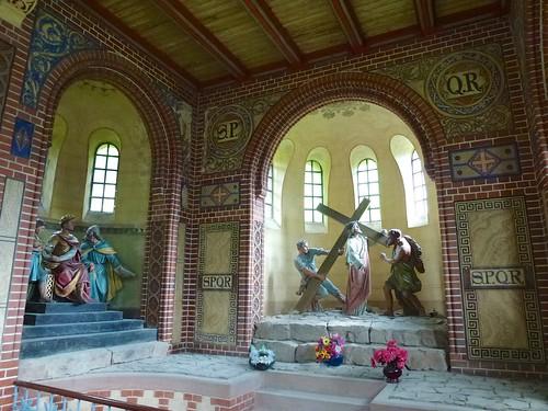 Wnętrze kaplicy Dźwigania Krzyża w Bardzie