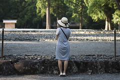 A Woman in a Hat (Igor Voller) Tags: trees summer woman sunlight green hat japan back dress sommer soil  frau   ise   amaterasu baume   sonnenlicht