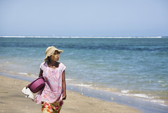 (sara_babusci) Tags: madagascar south southern sud woman donna sea mare beach spiaggia walking camminare sand sabbia sarababusci babusci