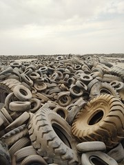 2014-11-06 12.44.09 (felipefonseca) Tags: trip junk tires fieldtrip lixo qatar craftsmen gambiarra vcuq repairmen mfavcuq