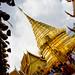 Les touristes débarquent par milliers pour photographier le stoupa (chedi) doré dont les origines se confondent avec les légendes.