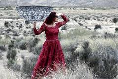 Oui, cest elle. (elojeador) Tags: mujer chica retrato desierto prima paraguas vestido prim desiertodetabernas lamujerderojo elojeador yonomellamolul