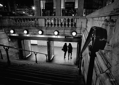 station Madeleine (Jack_from_Paris) Tags: l1001259bw leica m type 240 10770 voigtlandercolorskopar21mmf4 télémétrique rangefinder mode dng nx2 capture lightroom noiretblanc bw monochrom angle wide madeleine station métro tube night la nuit blackandwhite monochrome metro transport