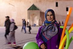 Vendedora de globos en Meknès (María Blanco Photography) Tags: street travel portrait people woman girl digital photography photo mujer nikon colours chica gente retrato colores morocco medina marruecos zoco fotografía d60 meknès d3200 d5000 d3000 d5100 documentalismosocial