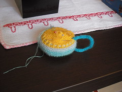 Alfineteiro - Pincushion (Eun Wa) Tags: pillow pincushion almofada xícara agulha lã alfinete agulhas alfineteiro alfineteirodecrochê sobrasdelã