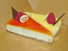 Schubert's Bakery Mango and Plain Cheesecakes (Pest15) Tags: schubertsbakery shubertsbakerymangoandplaincheesecakes nationalcheesecakeday dessert triangles slices