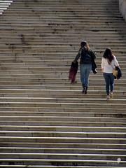 Escalones (0_miradas_0) Tags: escalera stairway escalones tread peldaos step personas persons peatones pedestrians geometra urbana urban geometry