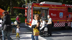 03-10-2016 028 (Jusotil_1943) Tags: 03102016 bomberos camion redcars carrito bebe niño bolsa donuts casco mangueras
