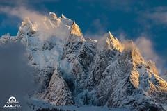 Les Aiguilles de Chamonix au soleil couchant. (Jool CHX) Tags: montagne glacier neige nuage chamonix coucherdesoleil aiguillesdechamonix aiguilleduplan aiguilledupeigne chainedumontblanc glacierduplan