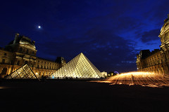 Le Louvre (natacha.mateus) Tags: paris france monument architecture night canon fire ledefrance louvre nuit lelouvre pyramidedulouvre poselongue poselente merveillesdefrance