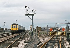 Rowley Regis, May 1985 (David Rostance) Tags: lpg signalbox blackcountry dmu semaphoresignals rowleyregis class117